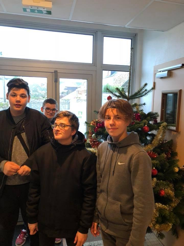 Décoration du Sapin de Noël par les 4ème MFR CHATEAUBRIANT